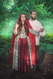 Hombre y mujer hermosos de los pares en traje medieval imagenes de archivo