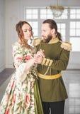 Hombre y mujer hermosos de los pares en trajes medievales imagenes de archivo
