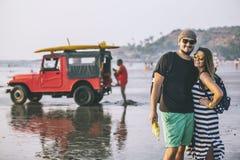 Hombre y mujer hermosos jovenes felices de los pares en la playa en el b Fotos de archivo