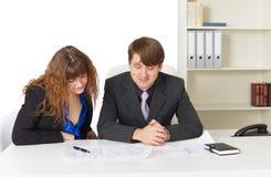 Hombre y mujer - ingenieros, trabajando en oficina imagenes de archivo
