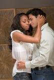 Hombre y mujer jovenes de los pares en besarse del amor Fotos de archivo