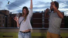 Hombre y mujer que agitan con las velas del fuego artificial y que sostienen el vidrio de champán almacen de metraje de vídeo