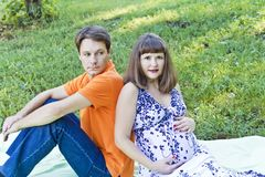 Hombre y mujer que aguardan al bebé Imagenes de archivo