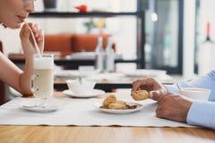 Hombre y mujer que almuerzan en el café Fotografía de archivo