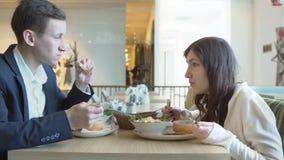 Hombre y mujer que almuerzan en un café Almuerzo de asunto almacen de video