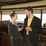 Hombre y mujer que beben en la barra. imagen de archivo