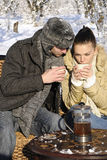 Hombre y mujer que beben en naturaleza Fotos de archivo libres de regalías