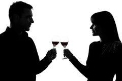 Hombre y mujer que beben tostar del vino rojo Imagen de archivo