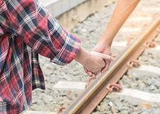 Hombre y mujer que caminan de común acuerdo en ferrocarril Imagenes de archivo