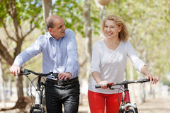 Hombre y mujer que caminan en el parque Imágenes de archivo libres de regalías
