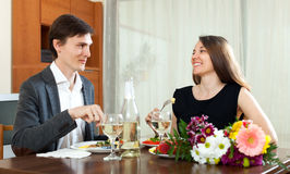 Hombre y mujer que cenan romántico Imágenes de archivo libres de regalías