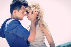 Hombre y mujer que colocan apasionado la nariz para sospechar Imagen de archivo