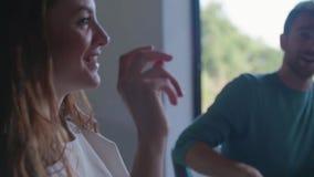 Hombre y mujer que comen y que hablan Ensalada de cuatro personas caucásicas de los amigos, filete de la carne y almuerzo italian almacen de metraje de vídeo