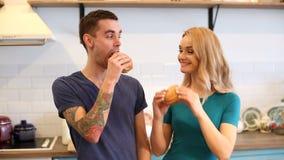 Hombre y mujer que comen las hamburguesas almacen de metraje de vídeo