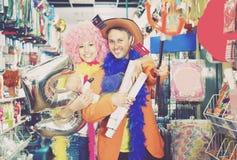 Hombre y mujer que consiguen listos para un carnaval Fotos de archivo libres de regalías