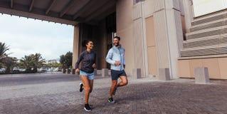 Hombre y mujer que corren por la mañana imágenes de archivo libres de regalías