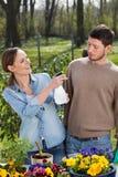 Hombre y mujer que disfrutan de día soleado en jardín Imágenes de archivo libres de regalías