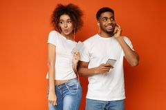 Hombre y mujer que disfrutan de m?sica preferida en auriculares fotografía de archivo libre de regalías