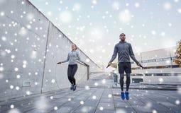 Hombre y mujer que ejercitan con la comba al aire libre Fotografía de archivo libre de regalías