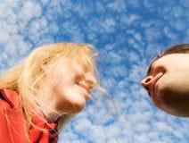 Hombre y mujer que estiran el uno al otro Fotografía de archivo