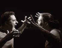 Hombre y mujer que gritan en uno a. Imágenes de archivo libres de regalías