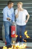 Hombre y mujer que hacen el taladro extintor foto de archivo