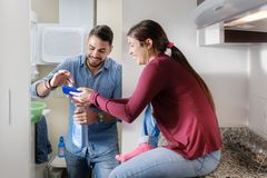 Hombre y mujer que hacen las tareas que lavan la ropa Foto de archivo