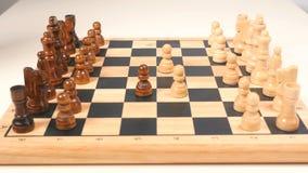 Hombre y mujer que juegan a ajedrez almacen de metraje de vídeo