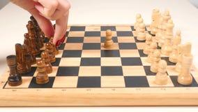 Hombre y mujer que juegan a ajedrez almacen de video