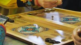 Hombre y mujer que juegan a backgammon almacen de video