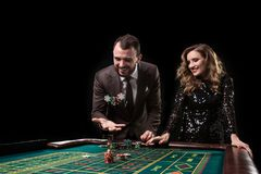 Hombre y mujer que juegan en la tabla de la ruleta en casino fotografía de archivo libre de regalías