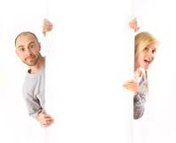Hombre y mujer que llevan a cabo a la tarjeta blanca Imágenes de archivo libres de regalías
