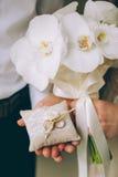 Hombre y mujer que llevan a cabo los anillos de bodas Imágenes de archivo libres de regalías