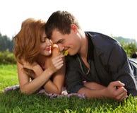 hombre y mujer que mienten en la hierba Fotografía de archivo libre de regalías