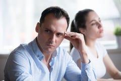 Hombre y mujer que no hablan obstinado teniendo lucha en casa imagen de archivo