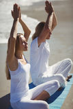 Hombre y mujer que realizan yoga Imagen de archivo libre de regalías