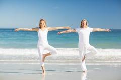 Hombre y mujer que realizan yoga Fotografía de archivo