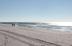 Hombre y mujer que recorren en la playa Fotografía de archivo libre de regalías