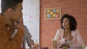 Hombre y mujer que se inspiran el trabajo enfocado en el proyecto 4K almacen de video