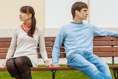 Hombre y mujer que se sientan en el ejemplo del gráfico de bench Imagen de archivo libre de regalías