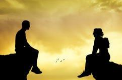 Hombre y mujer que se sientan en la cumbre stock de ilustración