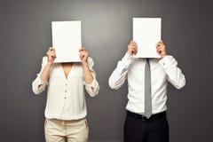Hombre y mujer que sostienen los Libros Blanco imagenes de archivo