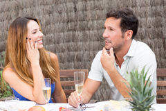 Hombre y mujer que tienen un buen rato junto Fotos de archivo