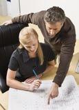 Hombre y mujer que trabajan en oficina Fotos de archivo