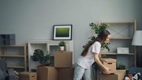 Hombre y mujer que traen las cajas con las cosas personales que se mueven adentro a la nueva casa almacen de metraje de vídeo