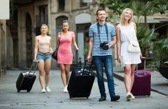 Hombre y mujer que viajan que caminan en ciudad Imagenes de archivo