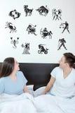 Hombre y mujer sorprendida en dormitorio Imagen de archivo