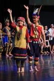 Hombre y mujer taiwaneses aborígenes en traje tradicional en del parque cultural de Taiwán los indígenas en el condado de Pintung Imagen de archivo