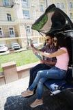 Hombre y mujer turísticos felices en coche Fotografía de archivo libre de regalías