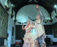Hombre y mujer vestidos como el príncipe y princesa, celebración de Halloween, castillo de Bunratty, condado Clare, Irlanda, 2014 imagen de archivo